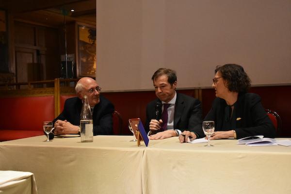 Justo Hernandez a l'oreille attentive de Jean-Pierre Hédouin et de Araceli Guillaume